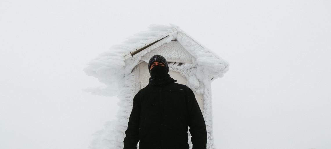 Gaustatoppen (com neve e névoa): a montanha mais alta de Telemark, na Noruega