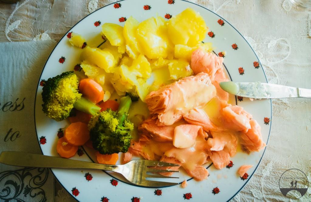 Truta com batatas, brócolis e molho