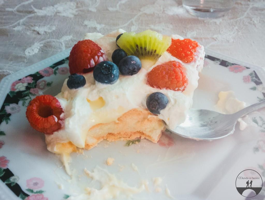 Pavlova com creme e frutas