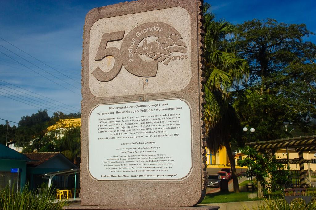 Placa de comemoração aos 50 anos de emancipação da cidade